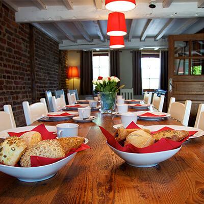 Fermette de Somme-Leuze | Gîte Ardenne | Grande table dans la salle à manger